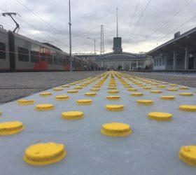 Тактильная разметка на платформе Финляндского вокзала