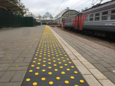 Тактильная разметка на платформе Витебского вокзала